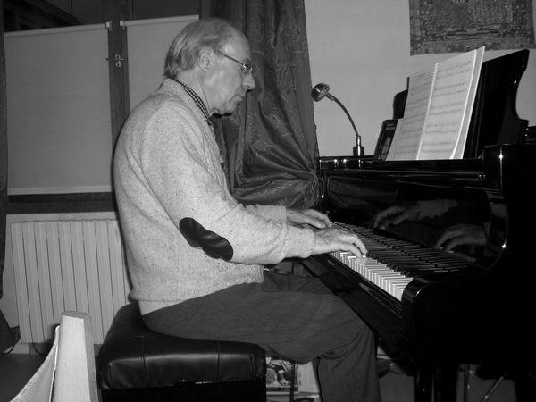 Il s'agit d'une position logique au piano:   Assise aux 3/4 du siège, genou un peu engagé, position du buste légèrement en arrière, angle du coude ouvert, position de la main voûtée, doigts arrondis sur le clavier.