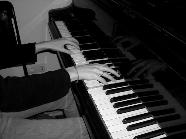 Position des mains sur le clavier d'un piano